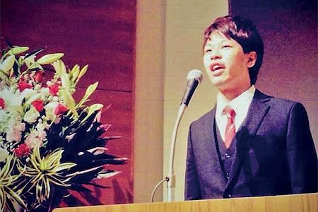 富士市成人式の実行委員長として壇上に立つ