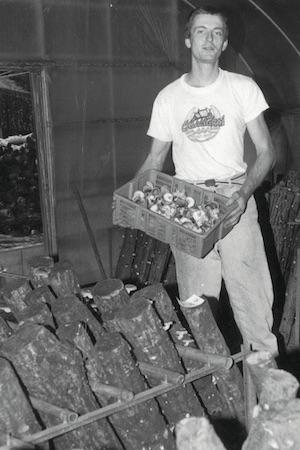 岐阜県でシイタケ栽培の研修を受けていた頃のヘンリーさん(当時24歳)