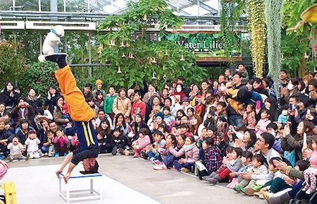 内田さん自身も鍛え抜いた肉体と技を披露する