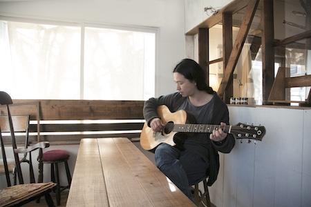 ギターを弾く笹倉さん